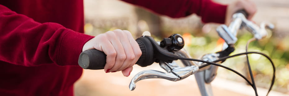 Closeup-on-handlebar-with-female-hand