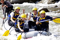 group-of-friends-white-water-rafting