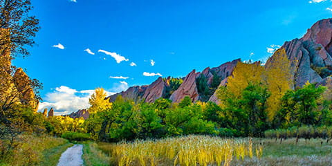 nature-trail-and-red-rocks-in-Colorado